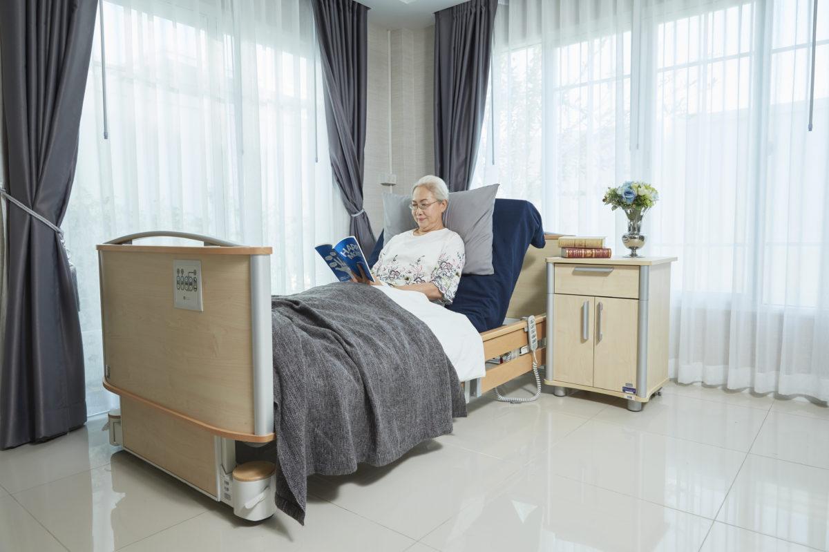 ผู้สูงอายุอ่านหนังสือบน เตียงเพื่อสุขภาพ